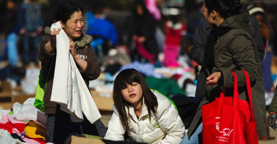 4.nov.2012 - Moradores vasculham entre roupas doadas para as vítimas da tempestade Sandy no bairro do Queens, em Nova York. As vítimas da tempestade lutam contra o frio, a  falta de energia e a escassez de combustível na cidade