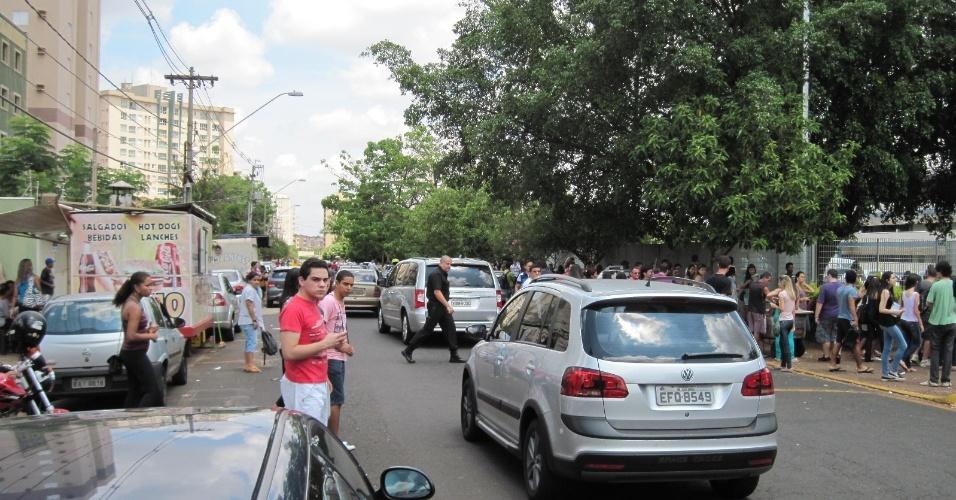 4.nov.2012 - Movimentação de alunos em frente a local de provas do Enem 2012 em Ribeirão Preto (SP)