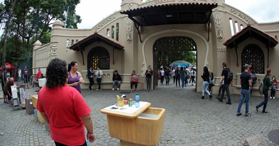 4.nov.2012 - Movimentação nos locais de prova do segundo dia do Enem 2012 em Curitiba