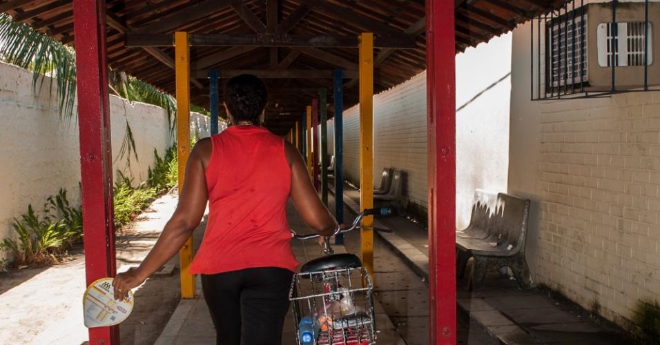 4.nov.2012 - Mulher entra com sua bicicleta no segundo dia de provas do Enem 2012 em Pernambuco