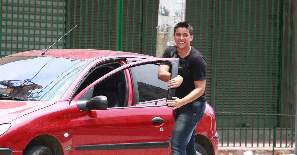 4.nov.2012 - Namorado retorna a tempo até a Uerj (Universidade Estadual do Rio de Janeiro) para entregar identidade que namorada havia esquecido em casa, para a realização das provas do segundo dia do Enem 2012 no Rio de Janeiro
