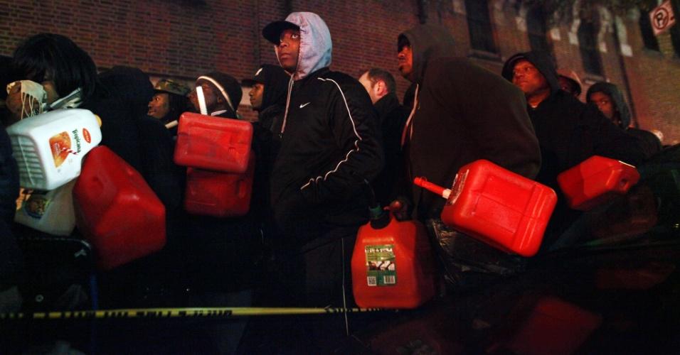 4.nov.2012 - Nova-iorquinos aguardam em fila para obter gasolina no bairro do Brooklin
