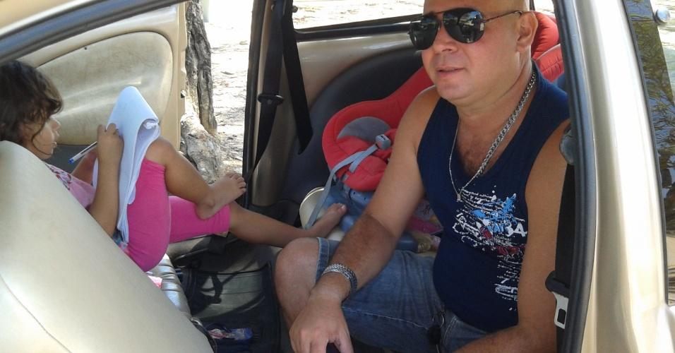 4.nov.2012 - O auxiliar contábil José Abílio Correia, 42, espera sua mulher, Maria Luiza dos Santos, 28, no segundo dia de provas do Enem 2012 em Maceió