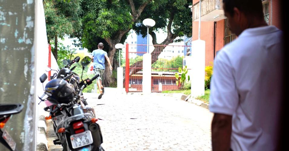 4.nov.2012 - Petrônio Borges veio de moto entregar o documento do irmão Alexandre Silva, que chegou no horário mas esqueceu o RG, para a realização do segundo dia de provas do Enem 2012 em Salvador