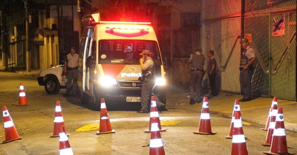 4.nov.2012 - Polícia isola local onde uma soldado da Polícia Militar foi morta a tiros na frente da filha de 9 anos, na Vila Serralheiro, zona norte de São Paul