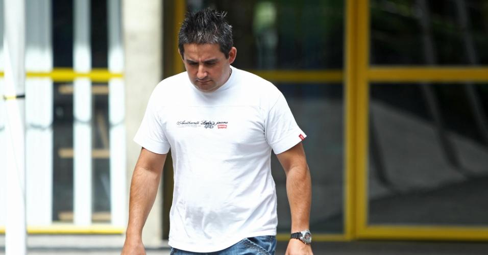 4.nov.2012 - Primeiro candidato a deixar local de prova do segundo dia do Enem 2012 em Curitiba