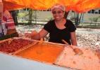 Rita de Cassia Martins, ambulante, vende comidas na porta dos locais de prova do Enem 2012, em Fortaleza - Jarbas Oliveira/UOL