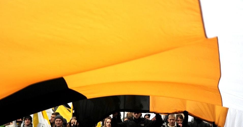 4.nov.2012 - Russos ultranacionalistas celebram a Marcha Russa, no dia da União Popular, agitando a bandeira imperial do país, em amarelo, preto e branco. No dia 4 de novembro de 1612, há exatos 400 anos, os russos expulsavam os poloneses que ocupavam Moscou