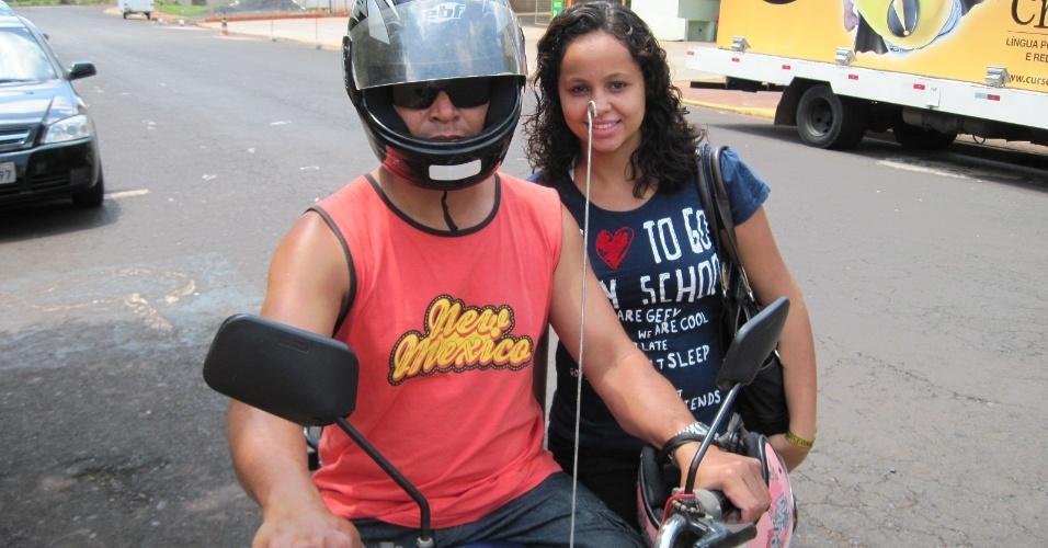 4.nov.2012 - Thais Laine Freire Lopes, de 18 anos, foi ao local de prova, na Unip de Ribeirão Preto (SP), de moto com o pai, Ademilson