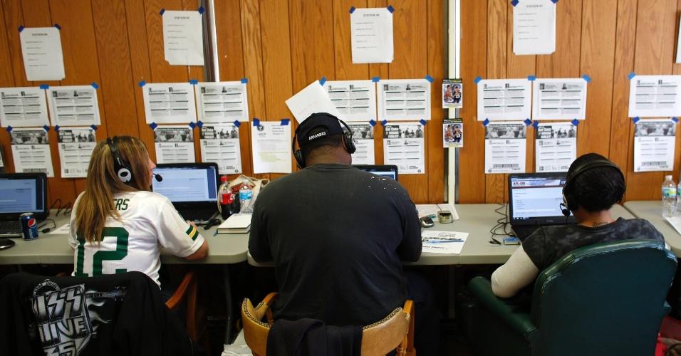 4.nov.2012 - Trabalhadores voluntários trabalham durante eleições nos EUA