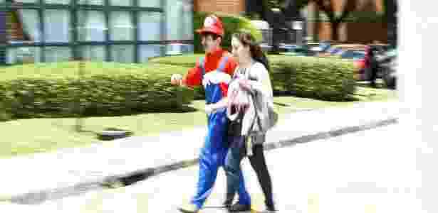 Um rapaz foi fazer prova no segundo dia do Enem 2012 vestido de Super Mario em Curitiba - Heuler Andrey/UOL