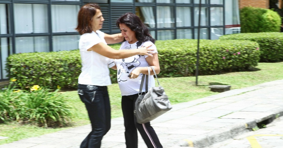 4.nov.2012 - Uma das últimas candidatas a entrar no local de prova na PUC-PR, em Curitiba, foi a gestante Cláudia Pereira, 33. Cláudia teve o apoio de uma das funcionárias do concurso, que percebeu o nervosismo da estudante e tratou de acalmá-la