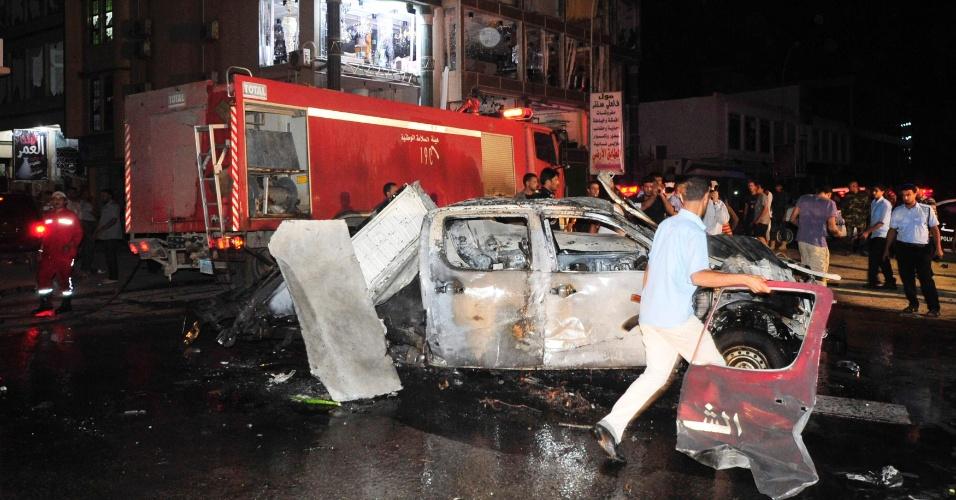 4.nov.2012 - Veículo fica destruído após explosão em frente a uma delegacia em Bengazi, na Líbia