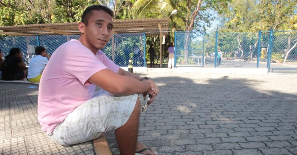 4.nov.2012 - Victor Bruno, 20, espera a namorada, Luana, terminar a prova do Enem 2012. Ele a acompanhou também no primeiro dia de provas, em Fortaleza