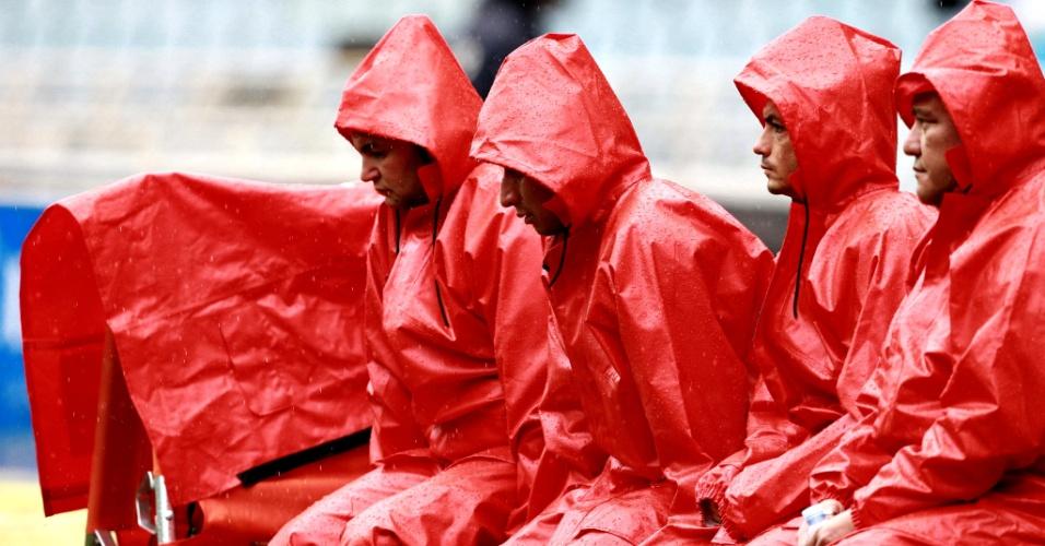 4.nov.2012 - Voluntários da cruz vermelha aguentam tempestade durante partida de futebol da Liga Espanhola, entre Real Sociedad e Espanyol, disputada neste domingo (4) em San Sebastián, no País Basco, norte da Espanha