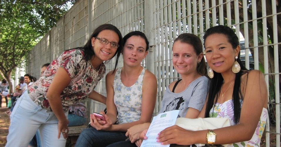 4.nov.2012- Amigas esperam abertura de portão na Unip de Ribeirão Preto (SP)