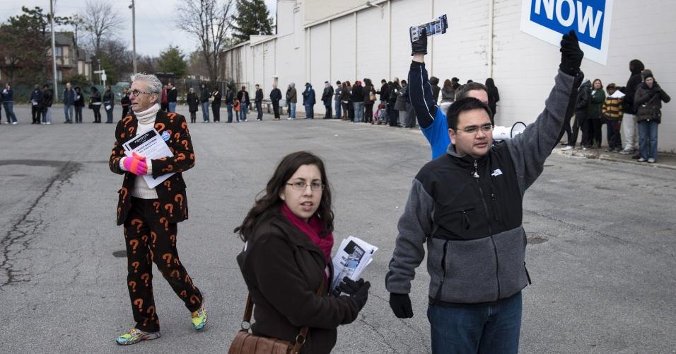4.nov.2012 ? Moradores esperam em fila para votação antecipada no estacionamento do Northland Park Center, em Columbus, Ohio. O Estado é um dos mais disputados entre Barack Obama e Mitt Romney