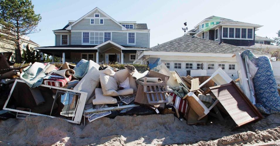 4.nov.2012 ? Móveis danificados pela água são vistos ao longo da East Avenue, após a passagem da tempestade Sandy em Nova Jersey