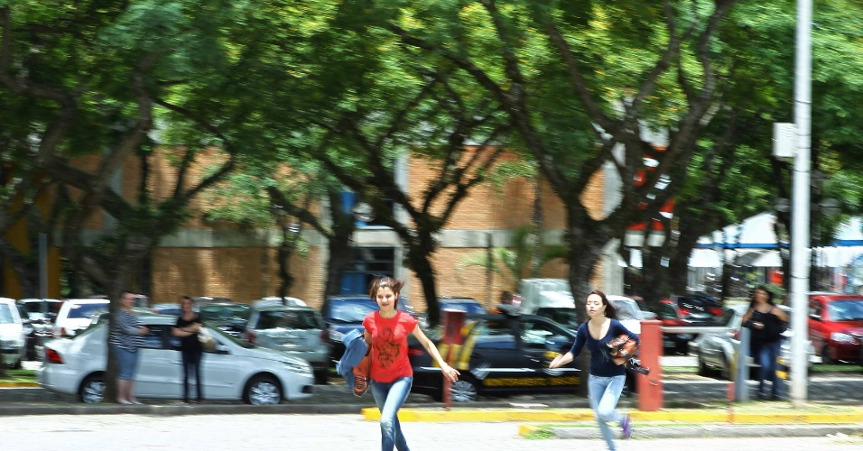 4.nov.2012 Candidatos correm para alcançar local de prova antes do fechamento dos portões para o segundo dia de prova do Enem 2012 em Curitiba