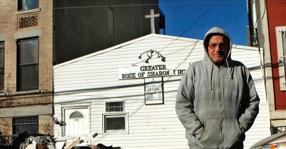 4.nov.212 - Homem passa perto de igreja católica na cidade de Hoboken, em Nova Jersey, nos Estados Unidos, área atingida pela tempestade Sandy. Vítimas na costa leste do país lutam neste domingo (4) para se proteger do frio em meio à escassez de combustível e falta de energia na região
