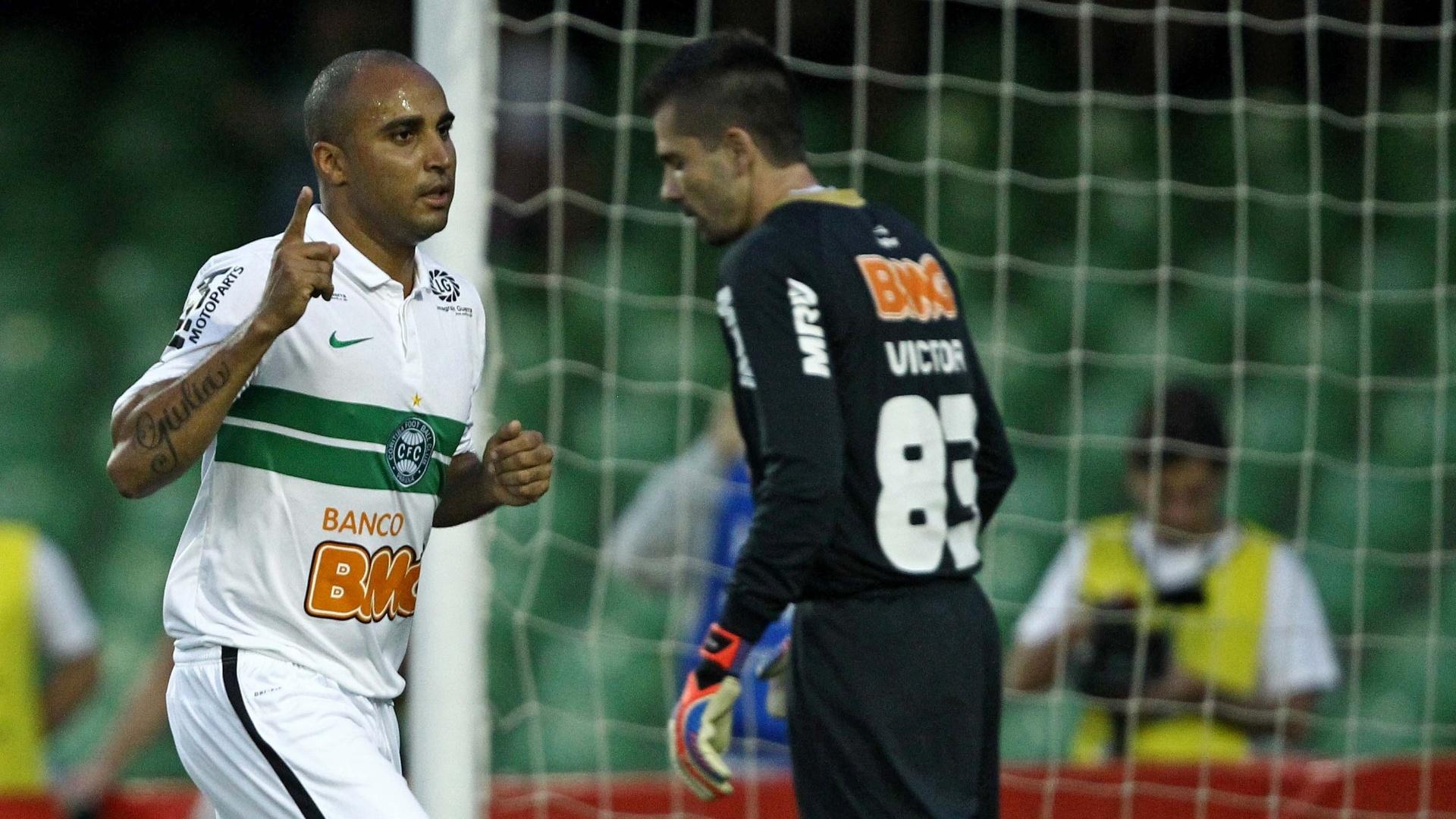 Deivid comemora gol marcado na partida contra o Atlético-MG no Couto Pereira