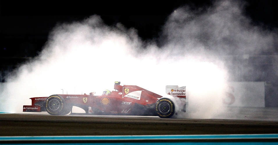 Felipe Massa roda na pista após evitar choque com Mark Webber; brasileiro ficou em sétimo em Abu Dhabi (04/11/2012)