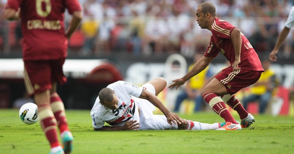 Luis Fabiano é derrubado por Leandro Euzébio no jogo entre São Paulo e Fluminense no Morumbi