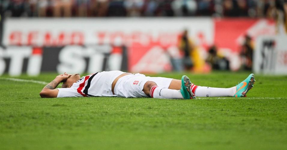 Luis Fabiano fica caído no gramado do Morumbi durante a partida entre São Paulo e Fluminense