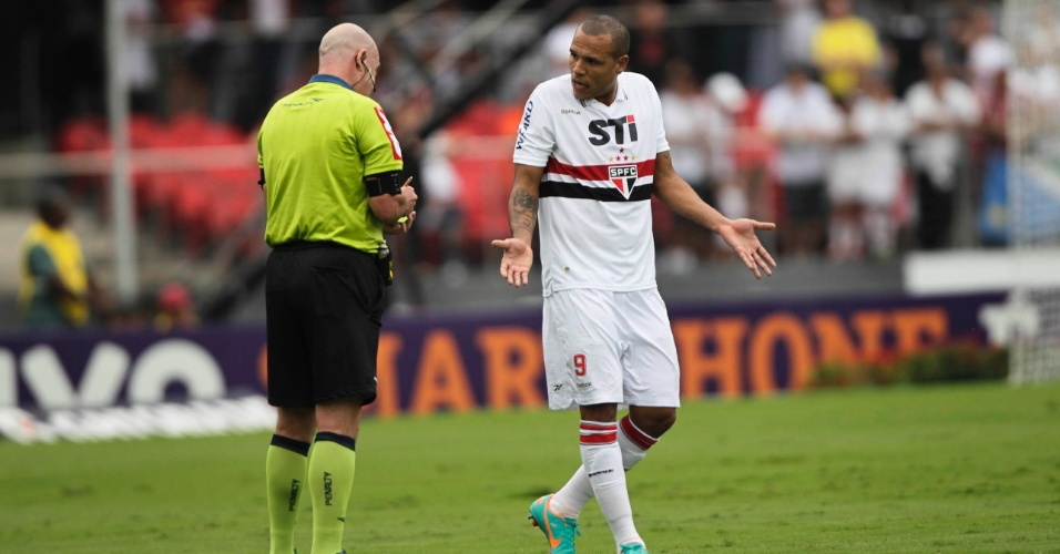 Luis Fabiano reclama com o árbitro na partida contra o Fluminense no Morumbi