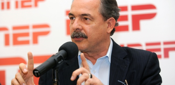 O ministro da Educação, Aloizio Mercadante, durante entrevista coletiva em que apresenta balanço das provas do Enem 2012 - Wilson Dias/Agência Brasil