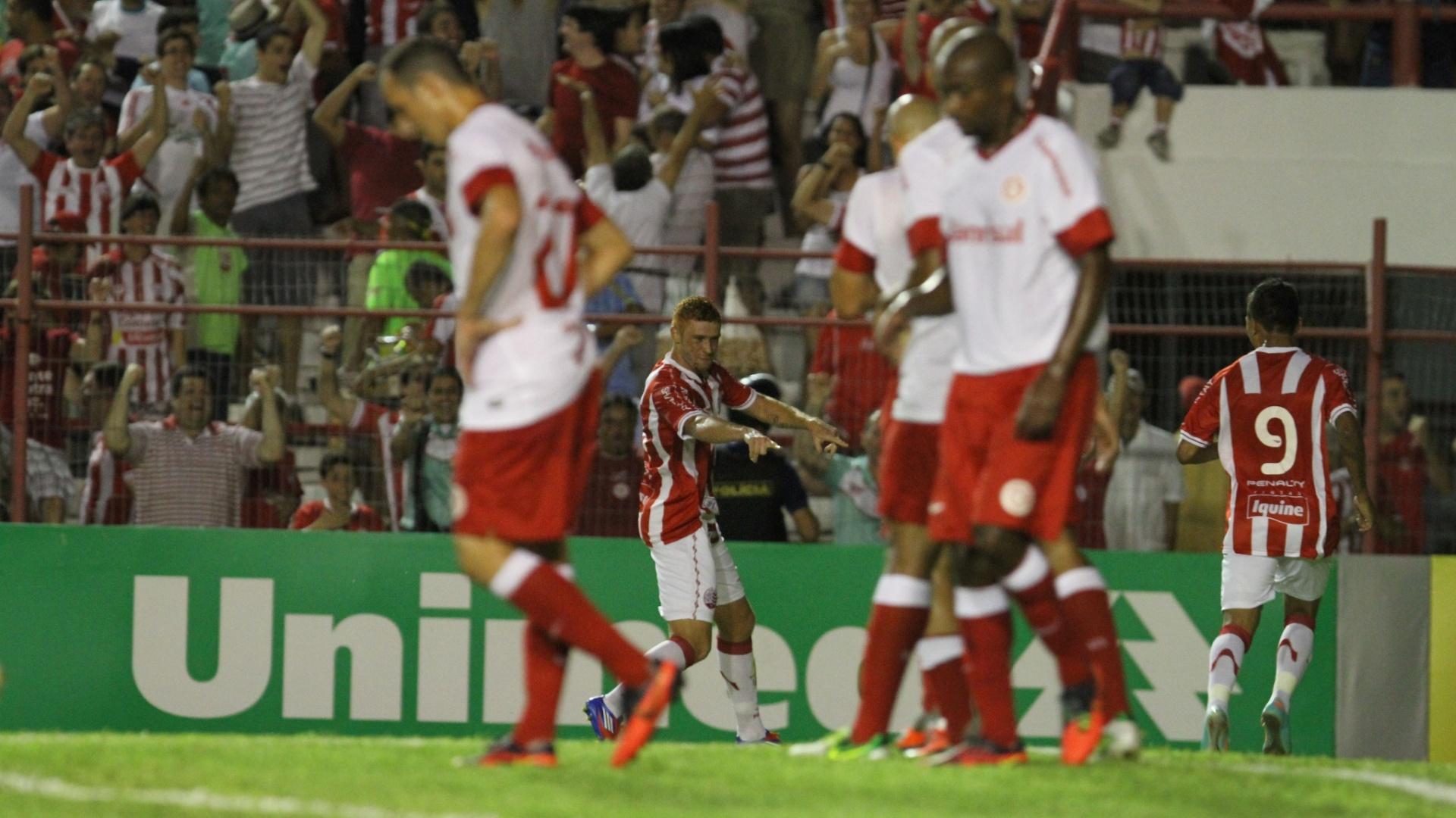 Souza (fundo), do Náutico, comemora gol marcado contra o Internacional; jogadores do Inter lamentam