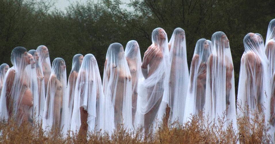 05.nov.2012 - Voluntários nus vestindo lençóis brancos posam para o artista americano Spencer Tunick, em San Miguel de Allende, em Guanajuato, no México