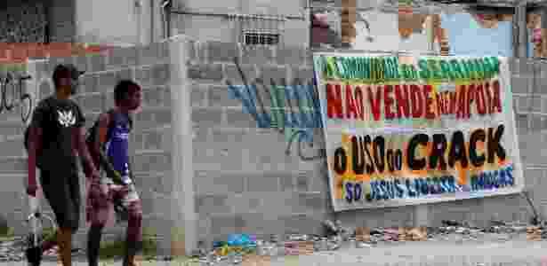 Traficantes do morro da Serrinha, em Madureira, zona norte do Rio de Janeiro, colocam faixas nas entradas da favela, dizendo que ali não se vende crack. - Marcelo Carnaval/Agência O Globo