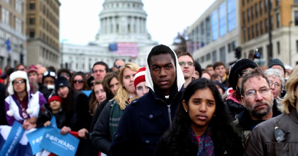 5.nov.2012 - Apoiadores assistem a comício do candidato democrata Barack Obama em Madison, no Estado de Wisconsin. Hoje, Obama ainda fará campanha em Ohio e Iowa. Nos três Estados, a disputa para a Casa Branca segue indefinida