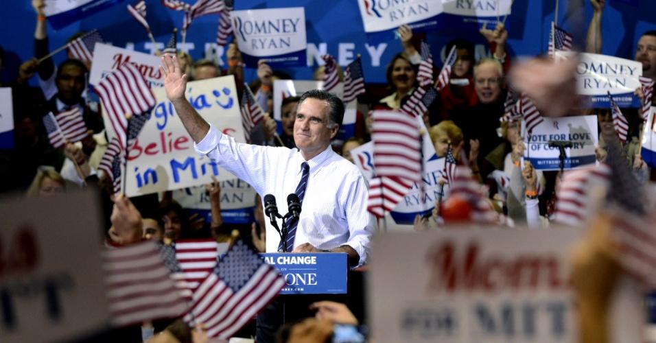 5.nov.2012 - Candidato republicano Mitt Romney cumprimenta partidários durante ato de campanha na universidade George Mason, em Fairfax, Virginia. Romney ainda deve visitar Ohio e New Hampshire no último dia antes das eleições