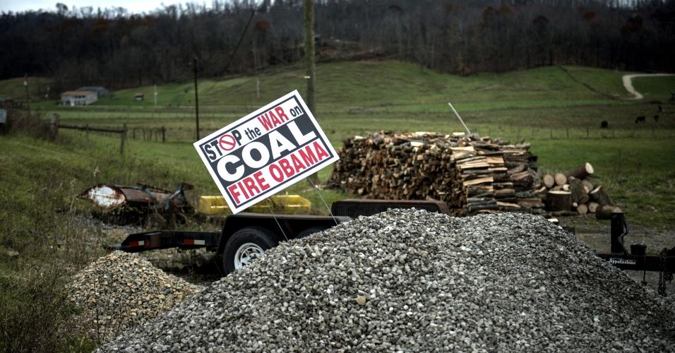5.nov.2012 - Cartaz em Quaker City, Ohio, critica a suposta posição de Barack Obama contra a indústria carvoeira (em inglês: