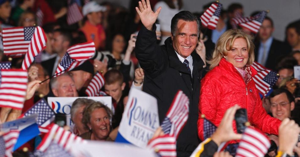 5.nov.2012 - Mitt Romney, candidato republicano à presidência dos EUA, e Ann Romney, sua mulher, chegam comício de campanha em Columbus, Ohio. Obama e o candidato republicano, Mitt Romney, fazem uma maratona de última hora para convencer eleitores indecisos nos Estados-chave, onde a corrida presidencial segue indefinida