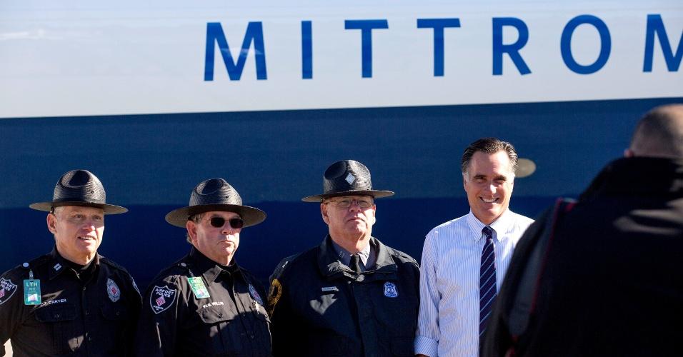 5.nov.2012 - Mitt Romney, candidato republicano à presidência dos EUA, tira uma foto ao lado de policiais do estado de Virginia durante campanha no aeroporto de Lynchburg. Romney e Barack Obama, candidato democrata, estão usando os últimos dias antes das eleições, nesta terça-feira (6), para percorrer os sete Estados onde a situação ainda está indefinida
