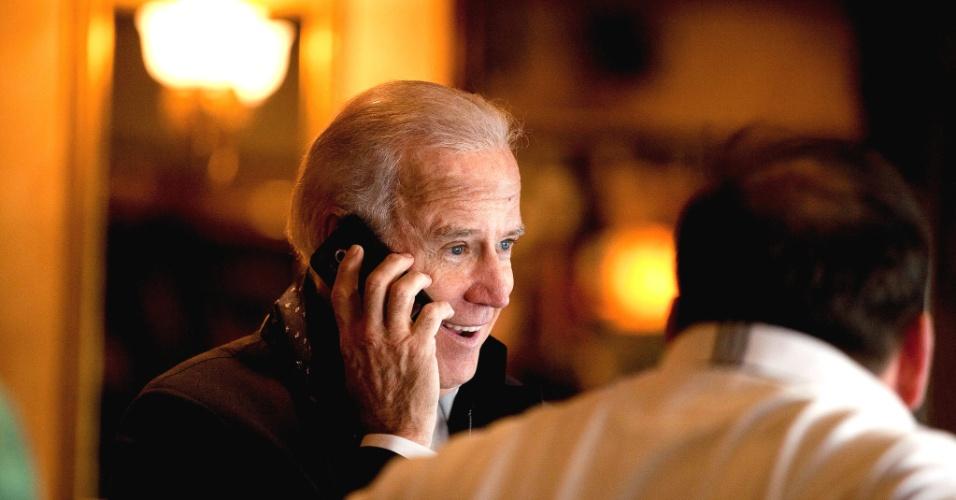5.nov.2012 - O candidato democrata à vice-presidência, Joe Biden, faz uma pausa em um restaurante em Sterling, Virginia, no último dia de campanha para a presidência dos EUA