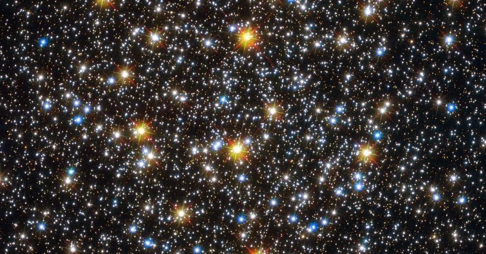 """5.nov.2012 - O telescópio Hubble fez nova medição do NGC 6362, que fica na constelação de Ara, a 25 mil anos-luz de distância da Terra, e descobriu que o aglomerado globular guarda estrelas que aparentam ser brilhantes e azuis, ou seja jovens. Isto contraria a teoria de que esses tipos de aglomerados, um dos corpos mais antigos do universo, só abriga estrelas mais velhas que o nosso Sol, com cerca de 10 bilhões de anos. Segundo os astrônomos da missão, esse fenômeno não passa de um simples truque: os corpos azuis podem ser resultado de colisões estelares ou de transferência de material entre elas, que pode aquecer as estrelas até que fiquem mais jovens """"na aparência"""" do que o restante"""