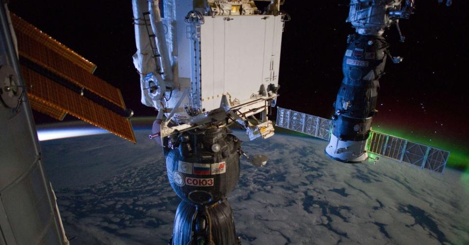5.nov.2012 - Para comemorar os 12 anos em que os astronautas vivem e trabalham na Estação Espacial Internacional (ISS, na sigla em inglês), a Nasa (Agência Espacial Norte-Americana) lançou um serviço que informa  quando a plataforma orbital está visível da Terra a olho nu. Segundo a agência, é fácil ver a ISS ao amanhecer ou entardecer do dia, quando a Lua vira o corpo celeste mais luminoso no céu - ela aparece como um ponto de luz que se move rapidamente, semelhante a Vênus