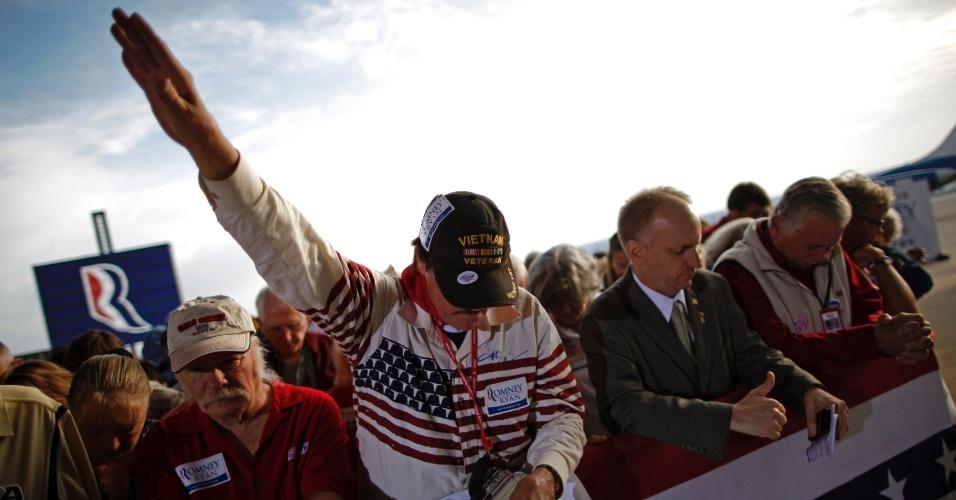 5.nov.2012 - Partidários do candidato republicano Mitt Romney participam de uma oração antes do início de evento de campanha em Sanford, Florida