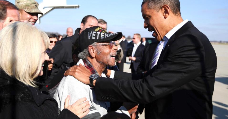 5.nov.2012 - Presidente Barack Obama cumprimenta apoiador após pousar no aeroporto de Columbus, Ohio, terceiro Estado visitado por Obama neste último dia de campanha