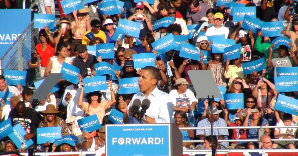 5.nov.2012 - Presidente Barack Obama discursa para seguidores em comício realizado neste domingo (4), em Hollywood, Califórnia. Hoje, no último dia de campanha, Obama usa os últimos esforços para ganhar votos em Estados indefinidos e convencer a população hispânica a se registrar e votar por sua reeleição