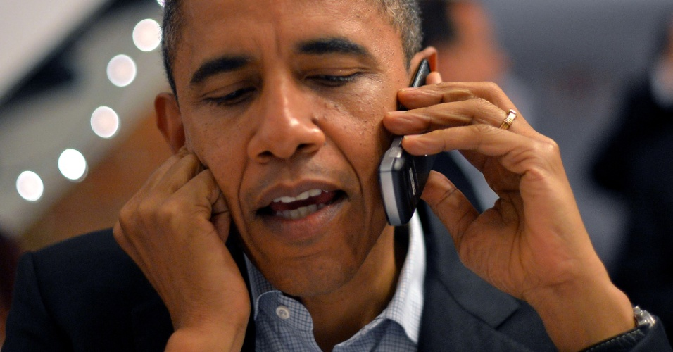 5.nov.2012 - Presidente Barack Obama liga para voluntários em um escritório de campanha em Columbus, Ohio