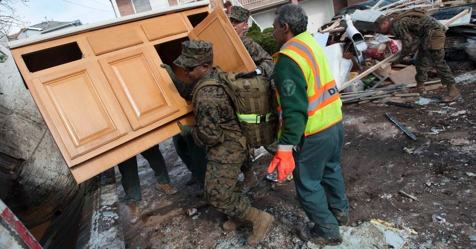 5.nov.2012 - Soldados da Marinha removem detritos deixados após a passagem do furacão Sandy, em Nova York, nos EUA. Casas foram completamente destruídas durante a tempestade