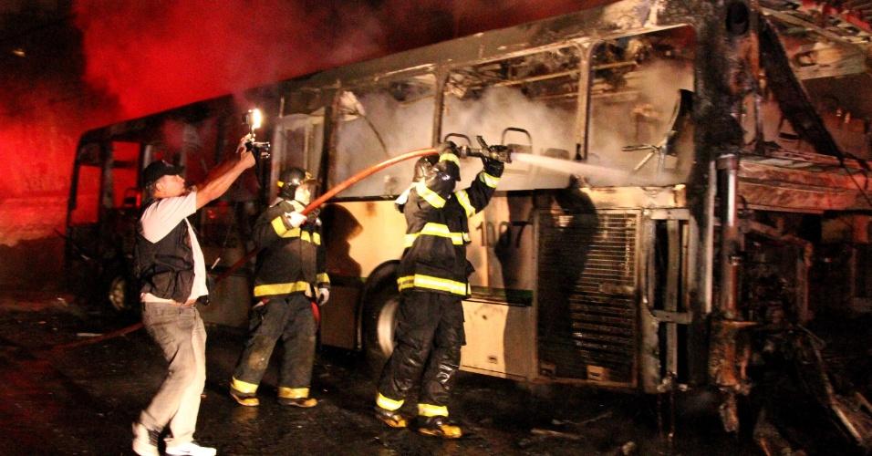 5.nov.2012 - Um ônibus foi incendiado na avenida Deputado Cantídio Sampaio, na Brasilândia, zona norte de São Paulo, na noite desta segunda-feira (5). Não há informações sobre vítimas