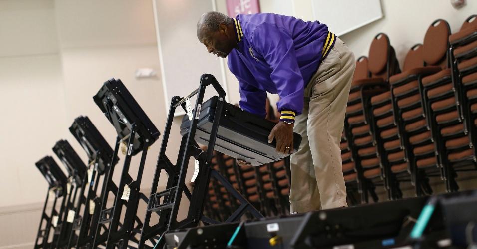 5.nov.2012 - Voluntário responsável por seção eleitoral prepara as urnas eletrônicas que serão usadas em Pineville, Carolina do Norte
