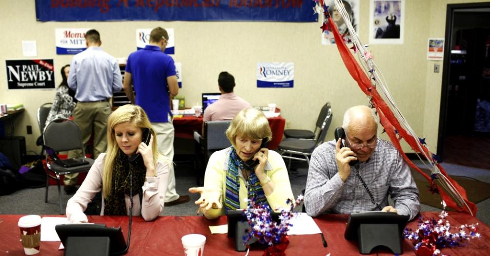 5.nov.2012 - Voluntários fazem campanha por telefone para o candidato republicano Mitt Romney em comitê de campanha no Estado da Carolina do Norte