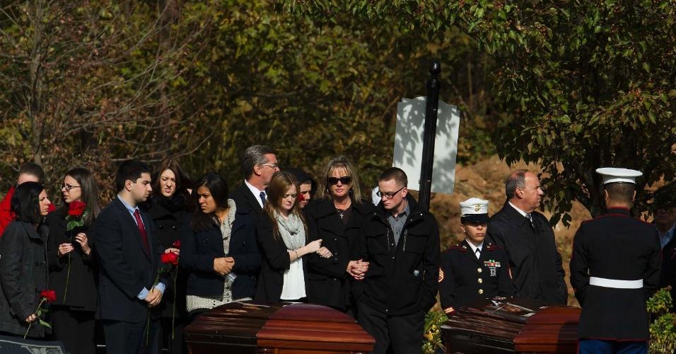 5.nov.2012- Familiares participam de funeral de um homem e seu filho, vítimas da passagem do furacão Sandy pelos Estados Unidos, em Nova York (EUA). Os dois foram encontrados juntos, após morrerem afogados dentro de casa